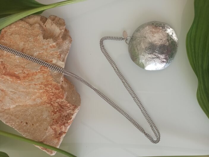 Chainlet with pendant pe.po stuff